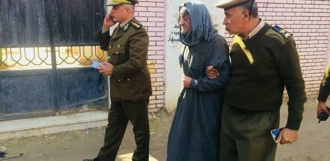 """مدير أمن الغربية يساعد مسنا للإدلاء بصوته: """"انزلوا وشاركوا"""""""