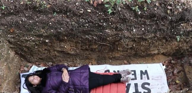 """طالبة بجامعة """"رادباوند"""" الهولندية أثناء رقودها بقبر التطهير بالجامعة"""
