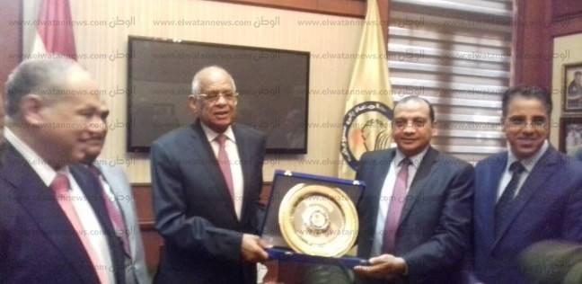 منصور حسن يهدي رئيس مجلس النواب درع جامعة بني سويف