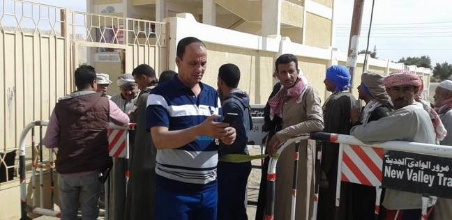 """أهالي """"أبومنقار"""" في الفرافرة يتوافدون على لجان الاقتراع للتصويت"""