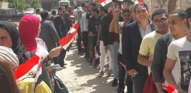 """بـ""""علم وصفارة ولافتات"""".. شباب شمال سيناء يتحدون الإرهاب من أمام اللجان"""