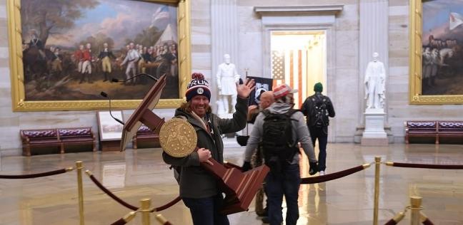آدم جونسون طالب علم نفس من ولاية فلوريدا يسرق منبر من الكونجرس