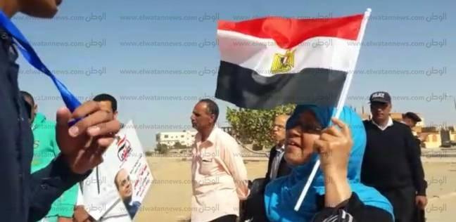 """أهالي القنطرة شرق يرفعون الأعلام خلال التصويت: """"مصر محفوظة بقوة شعبها"""""""