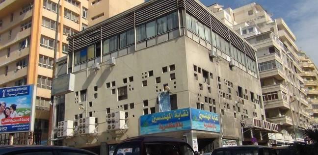"""رئيس """"المهندسين"""" بالإسكندرية تلتقي العاملين بـ""""المقاولين العرب"""" في النقابة"""