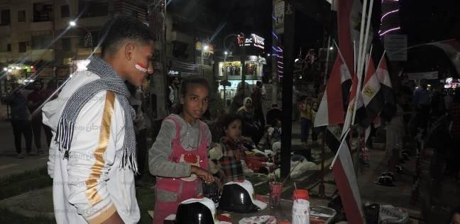 باعة الأعلام والمزامير ينتشرون في محيط الاحتفالات بفوز السيسي