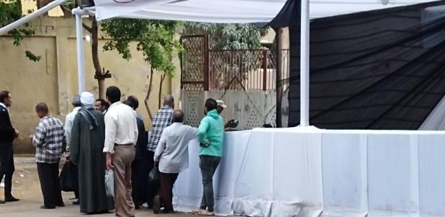 الناخبون ينتظرون فتح اللجان بمنشأة ناصر
