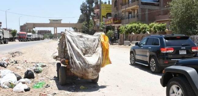 محافظ الشرقية يضبط أحد نباشي القمامة بطريق الزقازيق أبو حماد
