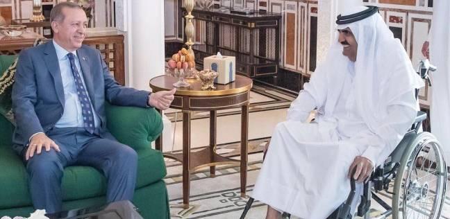 أمير قطر السابق يظهر على كرسي متحرك بعد وعكته الصحية