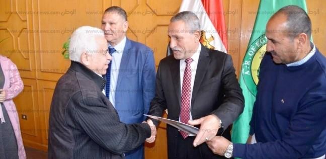 عثمان يسلم الدفعة الثانية من عقود تمليك الأراضي لواضعي اليد الجادين