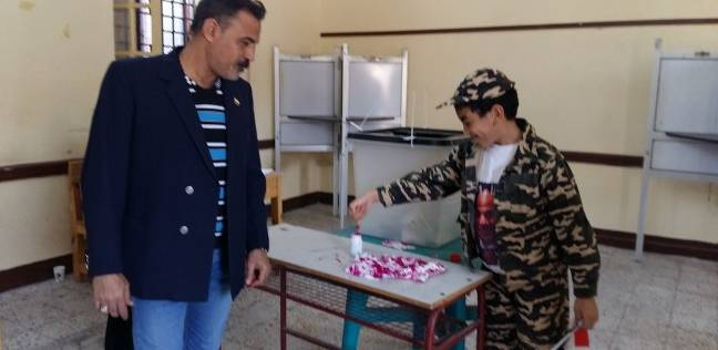 على درب منسي ومغربي.. بزي الصاعقة أحمد يدافع عن مصر عبر صندوق الاقتراع