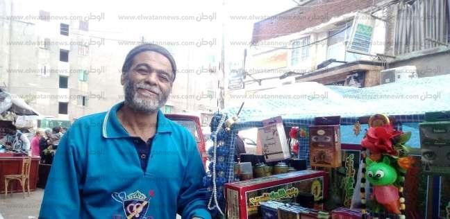"""""""أبو مسعد"""" يتجول بشوارع الإسكندرية ويبيع البخور بـ""""كتاب مدرسي وسبحة"""""""