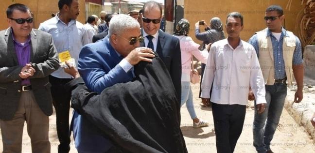 محافظ أسوان يقبل رأس سيدة تشارك في الاستفتاء على التعديلات الدستورية
