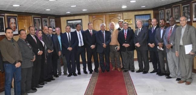 محافظ أسوان يلتقي وفد اللجنة العلمية لدراسة حلول انخفاض المياه الجوفية