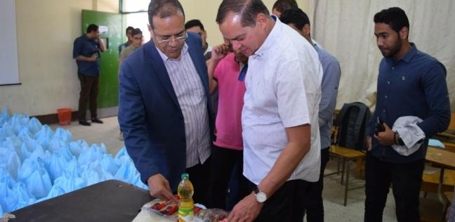 """""""طب بشري سوهاج"""" توزع شنط رمضان على القرى الأكثر احتياجا"""