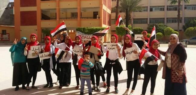 """""""بالرقص والأعلام"""".. طالبات إعدادي يشجعن على المشاركة بانتخابات الرئاسة"""