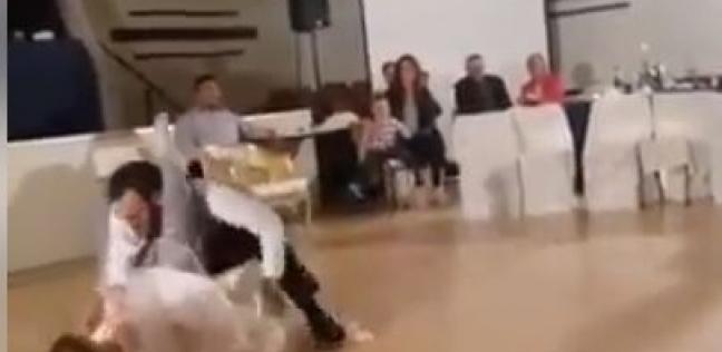 بالفيديو| رقصة رومانسية في حفل زفاف تتحول لمصارعة حرة بين العروسين