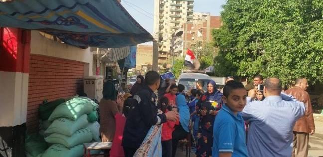 """عمدة المصريين بأمريكا يوزع المياه والعصائر مجانا على الناخبين بـ""""بطا"""""""