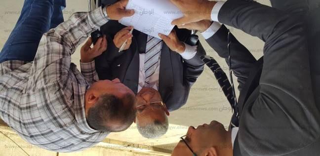 """رئيس جامعة القاهرة الأسبق يدلي بصوته على كرسي متحرك في """"العمالية"""""""