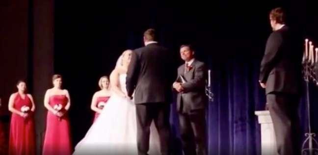 العريس برفقة عروسه في انتظار إعلان لحظة اتمام الزواج