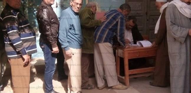 كبار السن يدلون بأصواتهم بلجان الانتخابات الرئاسية بالغربية