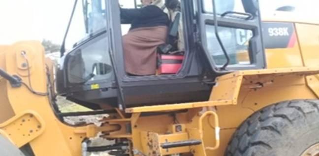 جابر القرموطي: رئيسة قرية مركز ملوي تقود حملة النظافة باللودر