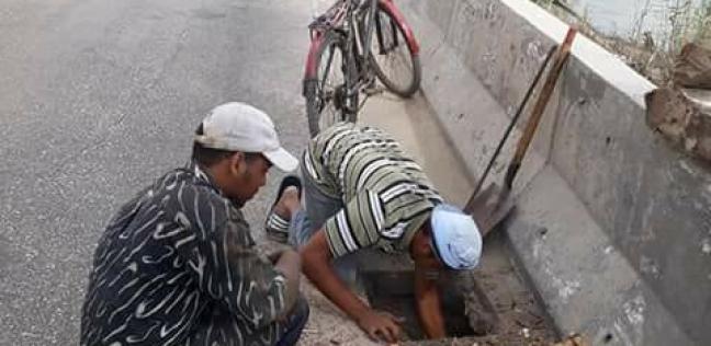 بالصور| إصلاح كسر ماسورة مياه الشرب بطريق الترعة الشرقاوية بدمياط