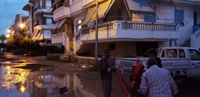 مجلس مدينة رأس البر يواصل رفع مياه الأمطار من الشوارع