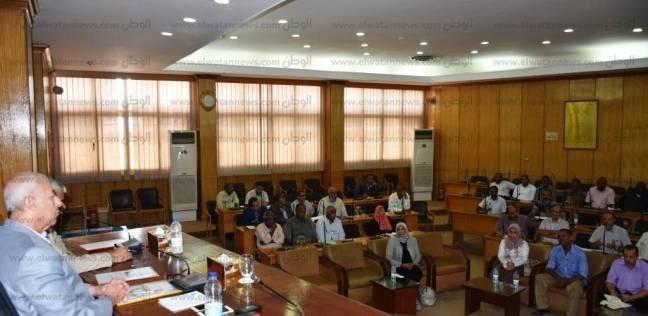 محافظ أسوان يجتمع بالمجلس الإقليمي للرقابة على الأسواق