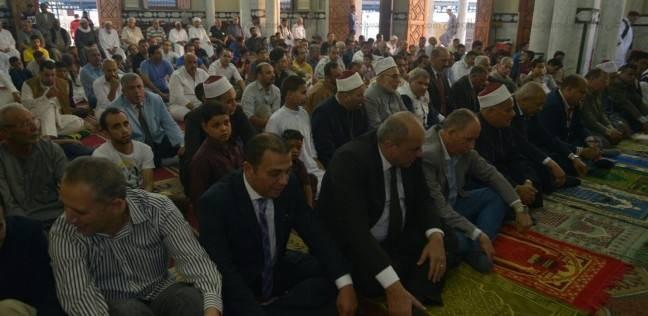 محافظ ومدير أمن مطروح وعمد القبائل يصلون العيد بمسجد التنعيم