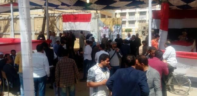 صور| تجمعات شبابية حول مقار الجيزة الانتخابية لتعريف المواطنين بلجانهم