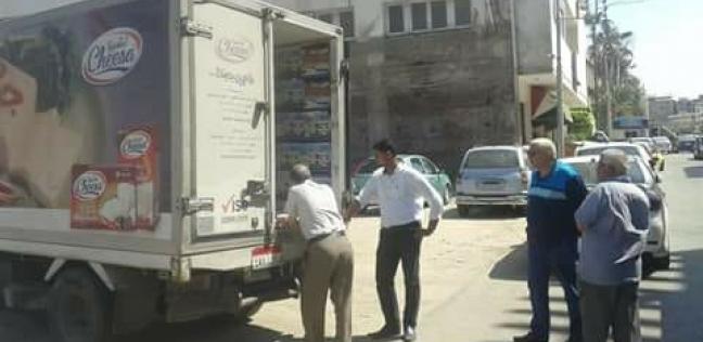 ضبط سيارة تبيع سلع غذائية بدون ترخيص بشارع التحرير في دمياط