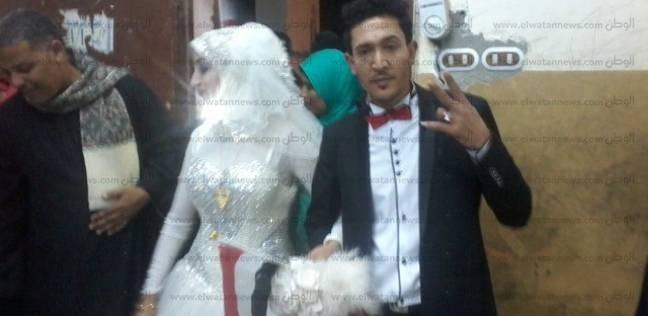 عروسان يدليان بصوتيهما داخل لجنة بقنا