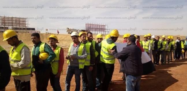 """بـ""""الأفرول والخوذة""""... عمال العاصمة الإدارية يصوتون وسط الصحراء"""