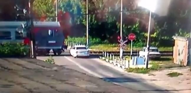 شاهد لحظة اصطدام قطار بسيارة ووفاة السائق