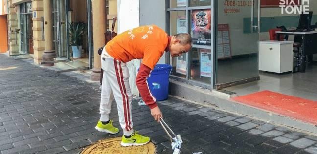 مليونير يقضي وقت فراغه في جمع القمامة من الشوارع