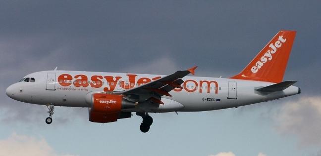 """""""نزلوني هنا"""".. مسافر يحاول فتح باب الطائرة أثناء تحليقها"""