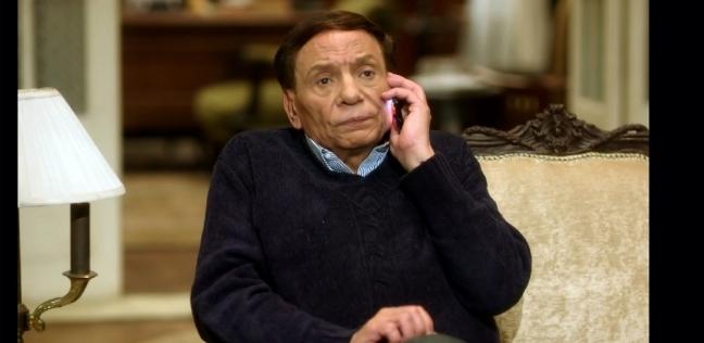 """عادل إمام ساخرا من شائعة تدهور صحته: """"أنا عيان وهموت"""""""