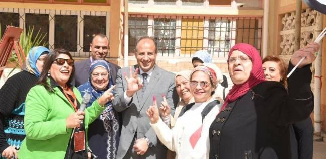 """محافظ الإسكندرية يلتقط صورة مع سيدات """"رشدي الثانوية"""" بالحبر الفسفوري"""