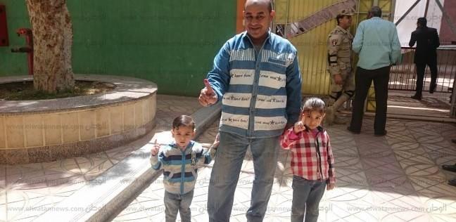 """""""عم صبري"""" في صحبة طفليه أمام لجنته الانتخابية: فرحة """"الحبر الفسفوري"""""""