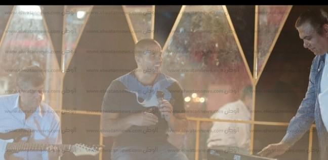 """بطل إعلان عمرو دياب: قابلت """"الهضبة"""" لأول مرة في التصوير بعد 34 عاما"""