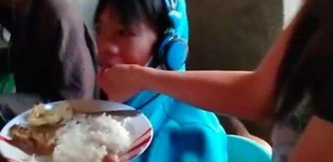 سيدة تطعم ابنها الذي رفض التوقف عن ألعاب الفيديو لـ48 ساعة