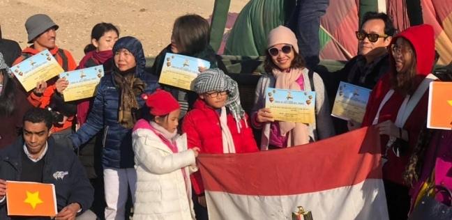 فيتناميون يرفعون علمي بلادهم ومصر في رحلة بالون طائر بالأقصر