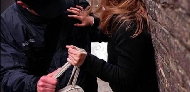 شاب يعض فتاة في وجهها ليسرقها