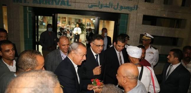 """بـ""""الورود"""".. محافظ قنا يستقبل حجاج بيت الله بمطار الأقصر الدولي"""