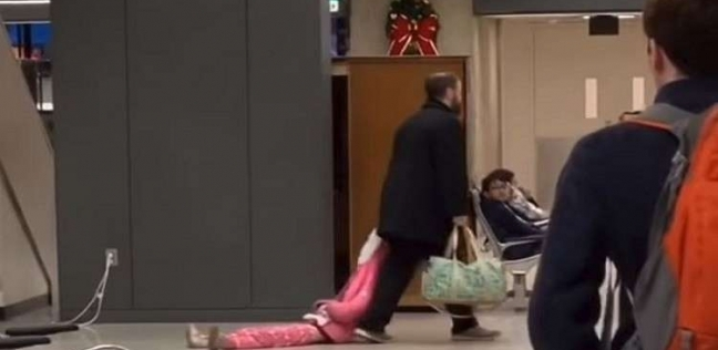 """مشهد لأب """"يسحل"""" ابنته في المطار يثير الجدل"""