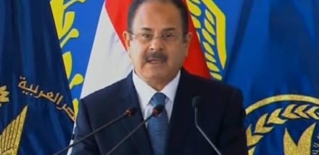 وزير الداخلية يكرم فريق العرض المسرحى «عاشقين ترابك»
