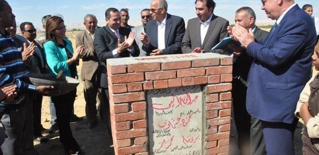 رئيس الأبنية التعليمية ومحافظ الوادي الجديد يضعان حجر أساس مدرسة النور بالخارجة