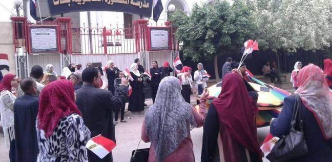 فرقة تنورة تقدم عروضها أمام لجنة بالمنصورة لحث المواطنين على التصويت