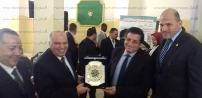 الزناتي يهدى درع اتحاد المعلمين العرب لوكيل وزارة تعليم جنوب سيناء