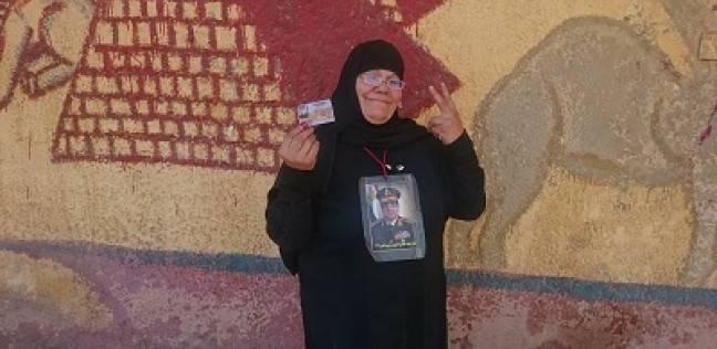 «منيرة» الملقبة بـ«أم السيسى» بعد التصويت: «صورته فى رقبتى من 4 سنين»